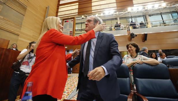 Cristina Cifuentes saluda a Ángel Gabilondo durante un pleno en la Asamblea