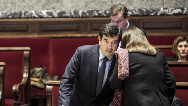 Fernando Giner, en el Ayuntamiento de Valencia, junto a concejales de su grupo