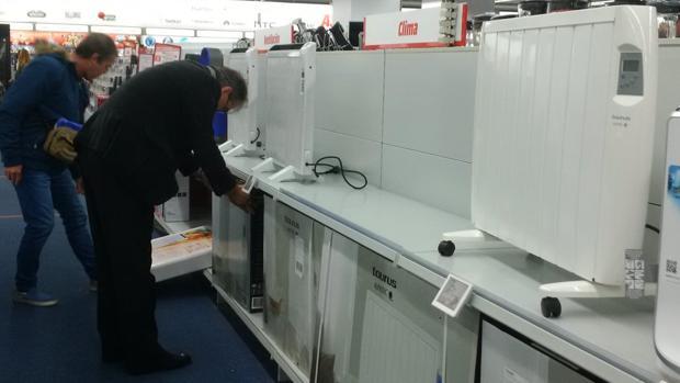 Dos consumidores pugnan por un climatizador en ausencia de radiadores en una tienda de la capital grancanaria
