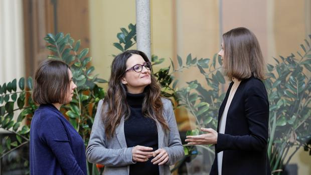 Mónica Oltra, conversa con las ajedrecistas Anna Muzychuk (dcha), doble campeona del mundo, y su hermana Mariya Muzychuck
