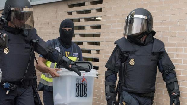 Policías con una urna del referéndum ilegal del 1 de octubre