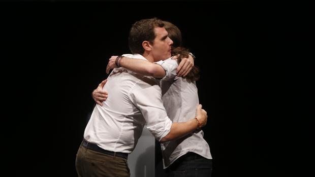 Albert Rivera junto a Pablo Iglesias en 2015, en uno de sus últimos abrazos
