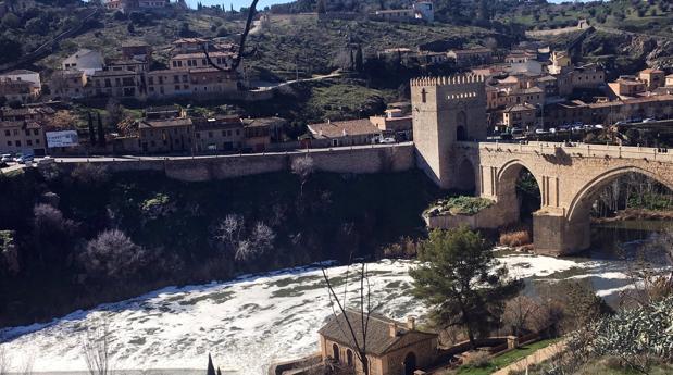 Estado del rio Tajo ayer a su paso por el toledano puente de San Martín