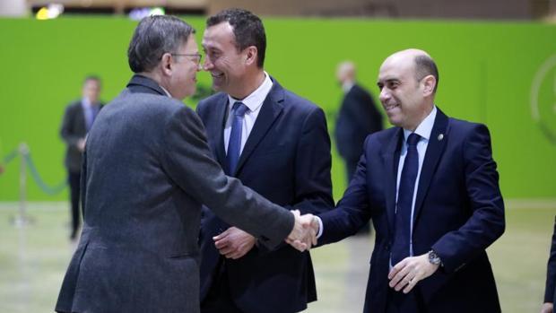El alcalde de Alicante (derecha), saluda al presidente de la Generalitat y líder de los socialistas valencianos, Ximo Puig