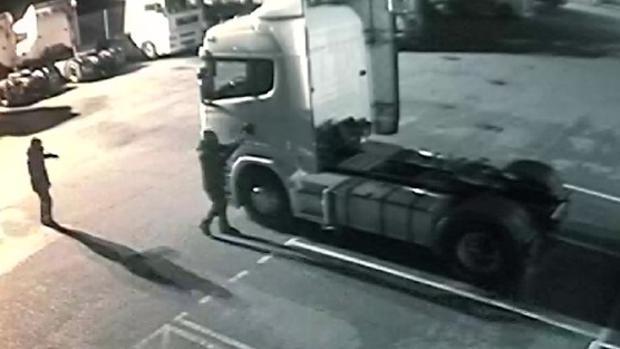 Dos encapuchados revientan la cabina de un camión en una estación de servicio de Madrid