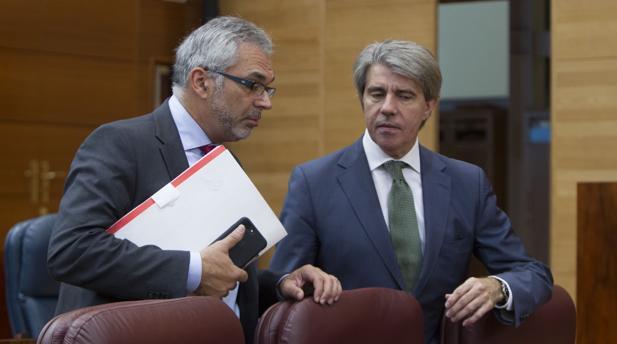 Carlos Izquierdo (izq.), junto al portavoz de Gobierno Ángel Garrido