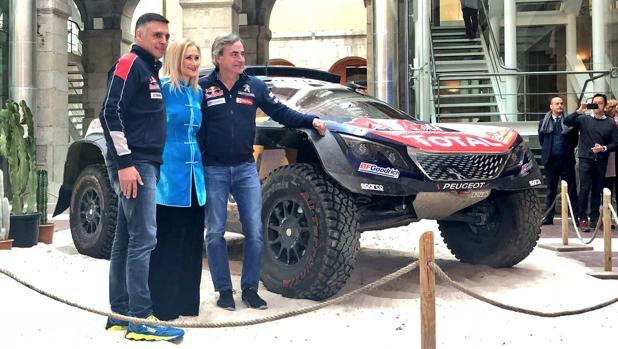 Sainz y Cruz, junto a Cifuentes, al lado del coche coche con el que se ganó el Dakar 2018