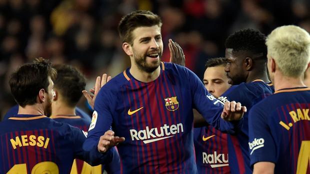 El futbolista del Barcelona, Gerard Piqué, celebra un gol de su equipo frente al Valencia