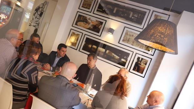 Imagen de la reunión celebrada este viernes en el bar Cleos de Burjassot