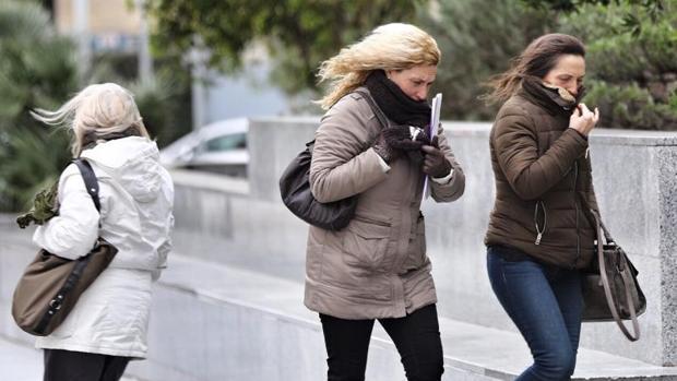 Transéuntes se protegen del frío en Valencia, en imagen de archivo