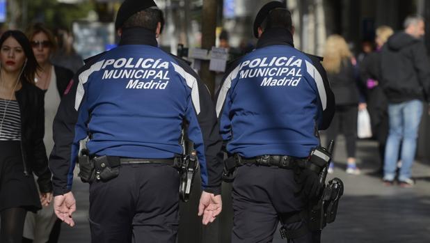Una pareja de la Policía Municipal patrulla a pie por Madrid