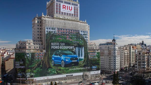 La valla publicitaria que cubre el Edificio España