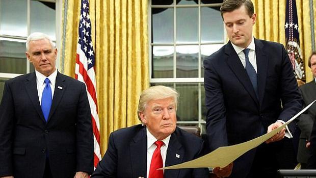 Pence, Donald Trump y Rob Porter