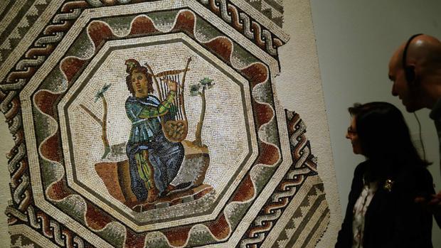 Dos visitantes observan uno de los mosaicos que se pueden ver enCaixaforum