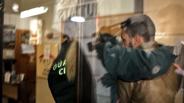 Imagen de la entrada de uno de los detenidos al juzgado de Sueca, Valencia