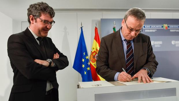 El ministro de Energía,, Alvaro Nadal (i) y el consejero de Turismovasco, Alfredo Retortillo