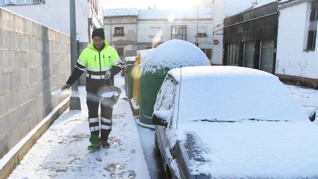 Un operario del Ayuntamiento de Herrera de Pisuerga esparce sal