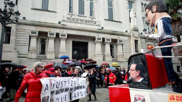 Concentración carnavalesca de los funcionarios judiciales en La Coruña