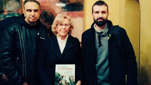 Manuela Carmena, en Lérida, e 2 de febrero portando el libro