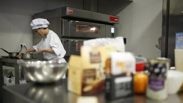 Una cocinera prepara un menú para celíacos en una edición anterior de Celichef