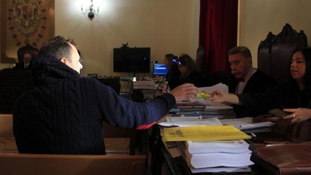 José Muñoz recibe un paquete de pañuelos de papel de su abogada, ayudante de Marcos García Montes