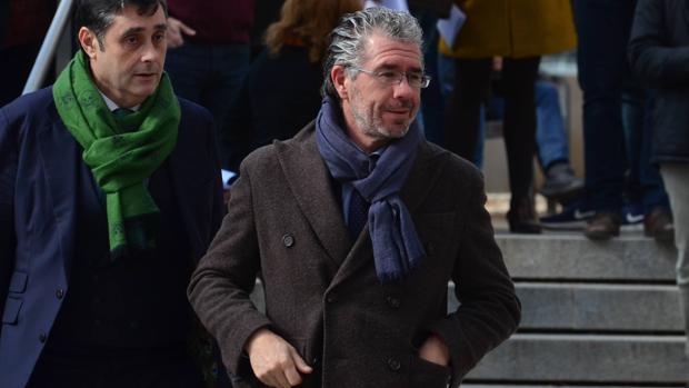 Francisco Granados, este lunes junto a su abogado a su salida de la Audiencia Nacional