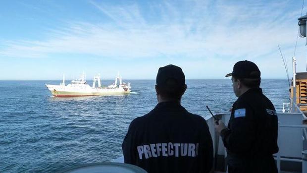 Los guardacostas argentinos vigilando al pesquero gallego