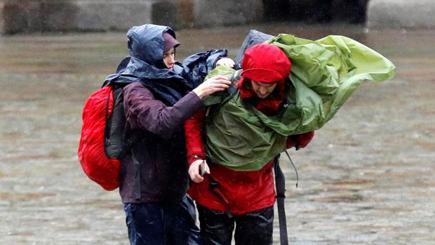 El viento afecta también a la capital gallega, que sufre fuerte lluvias este martes