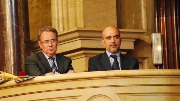 Roger Loppacher, presidente del CAC, y Daniel Sirera, secretario del CAC, en la tribuna del Parlament en 2013