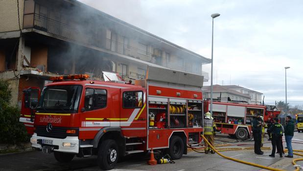 Los bomberos intervienen en las viviendas afectadas por la explosión