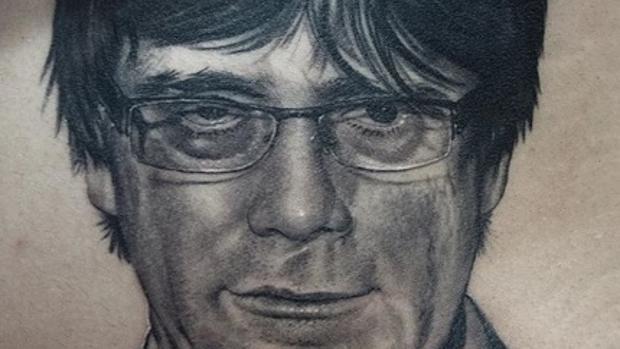 El tatuaje de Coreh López con el rostro de Puigdemont