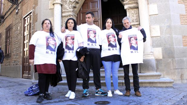 Rosario, a la izquierda, acompañada de su familia durante la segunda sesión del juicio