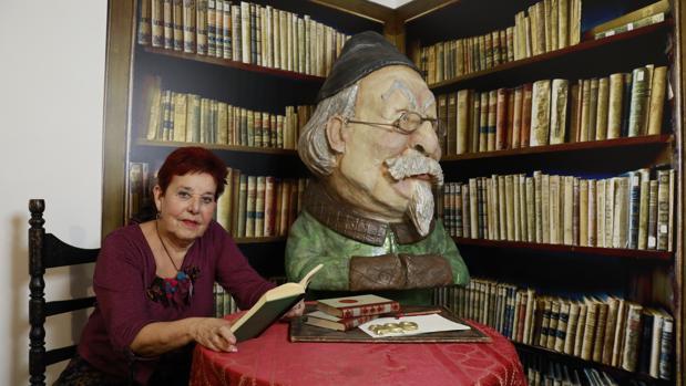 Eugenia Acitores, en la Casa Zorrilla de Valladolid, con algunos de los libros del célebre autor