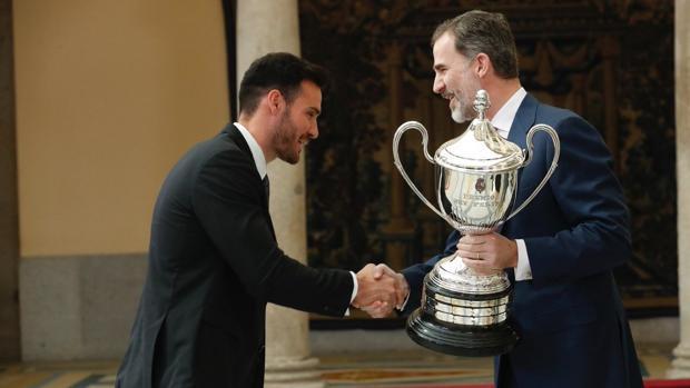 El Rey entrega su premio al olímpico Saúl Craviotto