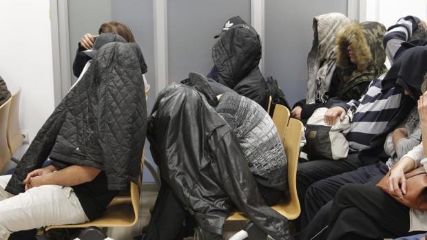 Algunos de los miembros de la mara Salvatrucha durante la primera sesión del juicio, este lunes en Alicante