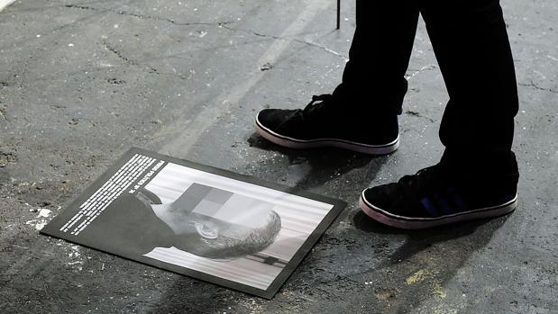 magen de catálogo de una de las fotografías de la obra «Presos Políticos», del español Santiago Sierra,