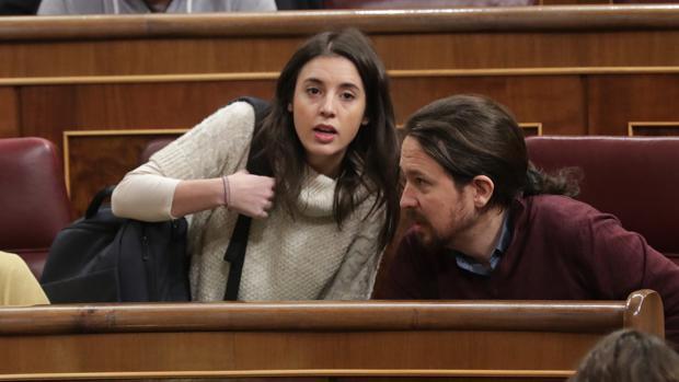 La portavoz de Podemos, Irene Montero, junto al secretario general de la formación, Pablo Iglesias, esta mañana en sus escaños