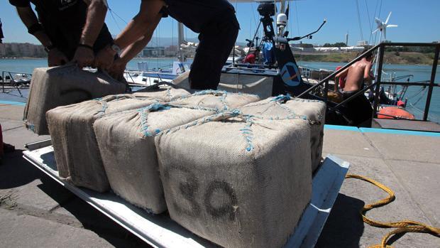 Fardos de hachís de 30 kilos -los habituales- incautados en el puerto de Algeciras