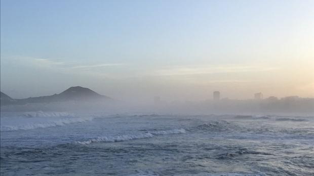 El amanecer con mar de fondo en la ciudad de Las Palmas desde la Cícer