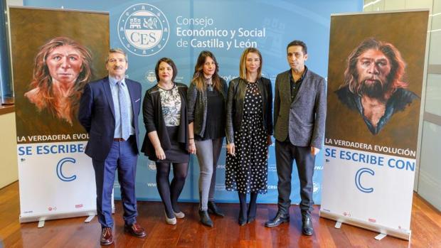 La consejera de Familia y los representantes de Cecale, CC.OO. y UGT, en la presentación de la campaña