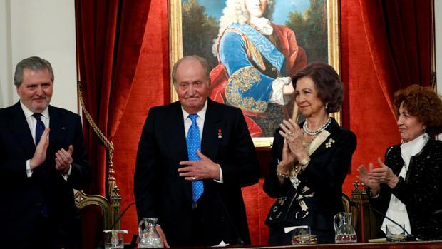 Don Juan Carlos recibió un aplauso de un minuto de duracion con el público en pie en el acto celebrado en la Real Academia de la Historia. En la imagen, con Doña Sofía, el ministro Méndez de Vigo y Carmen Iglesias