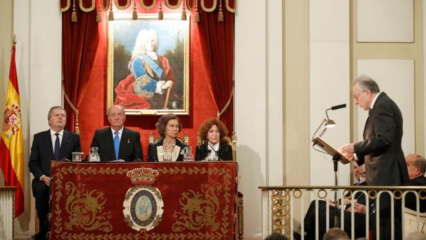Juan Pablo Fusi interviene en la Real Academia de la Historia en presencia de Don Juan Carlos y Doña Sofía, el ministro Íñigo Méndez de Vigo y Carmen Iglesias