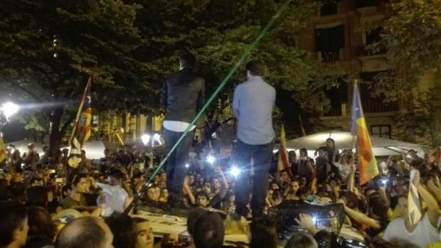 Los Jordis, sobre un vehículo policial el día del registro a la Consejería de Economía el 20-S