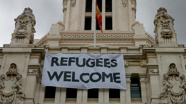 Pancarta de apoyo a los refugiados colgada en la fachada del Ayuntamiento de Madrid el año pasado