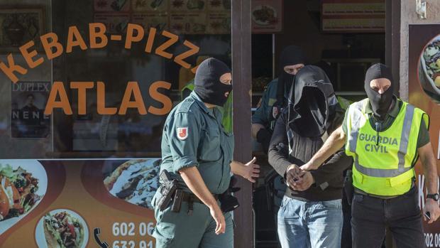 Agentes de la Guardia Civil entrando en un restaurante de Kebab en una imagen de archivo