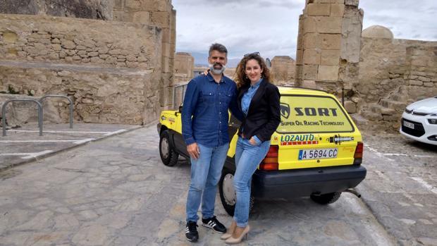 María Estela Leiva y Juan Alberto Pascual, con su Seat Panda en Alicante