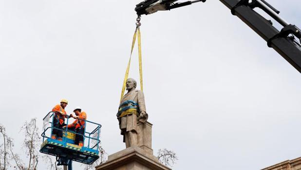 Detalle de la retirada de la estatua, el pasado domingo en Barcelona