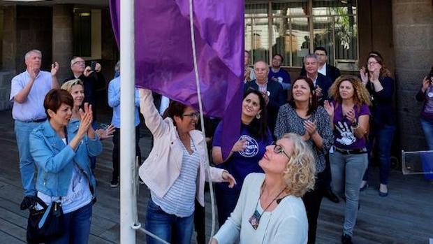 La consejera insular María Nebot este jueves durante la lectura de un manifiesto e izado de la bandera feminista