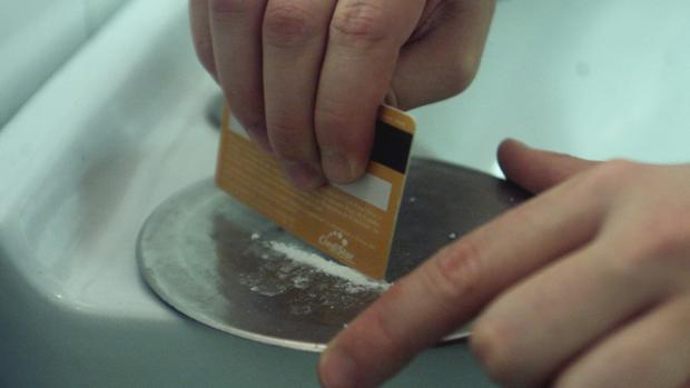 Una persona prepara una dosis de cocaína en una imagen de archivo