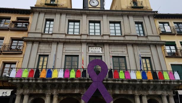 Delantales de varios colores colgados en el balcón del Ayuntamiento de Segovia con motivo de la Huelga Feminista
